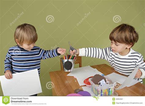 imagenes de niños jugando y compartiendo kids arts and crafts activity sharing and playing