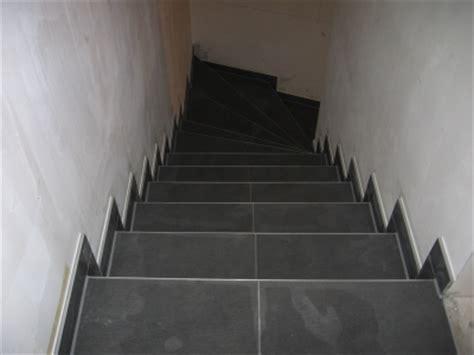 gewendelte treppe fliesen fliesen sloep fliesenlegearbeiten plattenlegearbeiten in