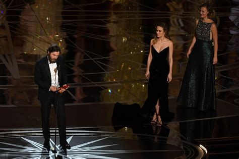 brie larson casey affleck brie larson made casey face presenting to affleck at the