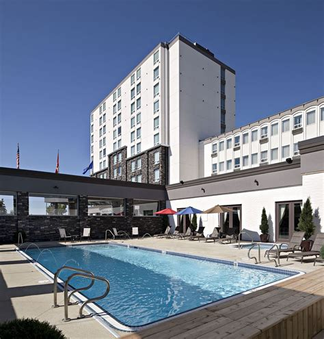 carriage house inn calgary carriage house inn hotel deals reviews calgary redtag ca