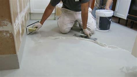 pavimenti como microcemento sobre azulejos de gres en suelo de cocina