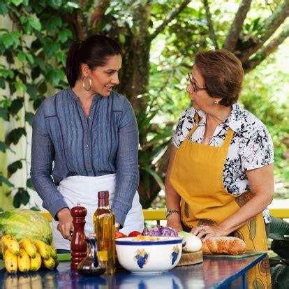 mama e hija cocinando madre e hija cocinando salud de paloma espa 241 ol