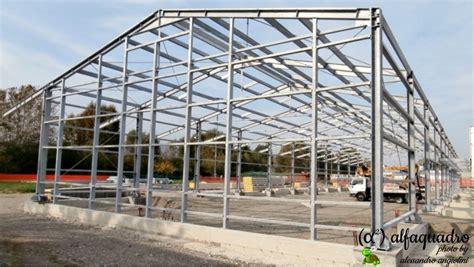 struttura capannone in ferro capannone in acciaio rivestito da pannelli isolanti bologna