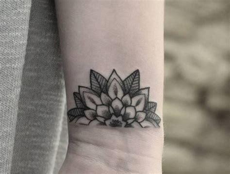 tatuaggi polso interno foto tatuaggio piccolo mandala interno polso trendy