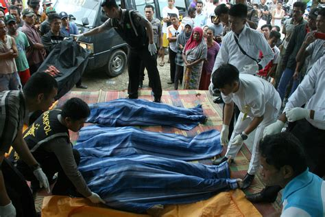 boat from malaysia to indonesia boat capsizes carrying indonesian workers home from