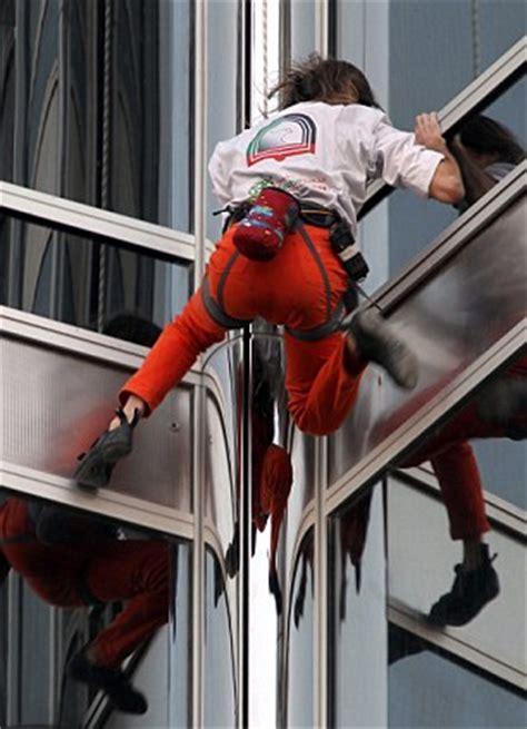 spiderman rope swing french spiderman scales dubai s burj khalifa the world