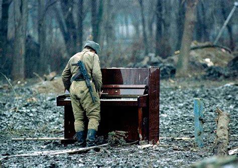 imagenes impactantes de niños maltratados 6 soldado russo tocando num piano abandonado na
