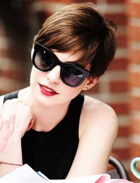bangs on girls with sunglasses anne hathaway s short hair is perfection hairstyles