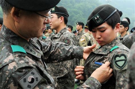 Rok Korea rok officer earns coveted u s infantry badge article the united states army