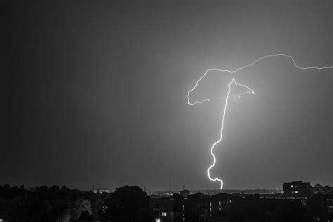 imagenes hd a blanco y negro fondo de pantalla de cielo noche rayo tormenta ciudad