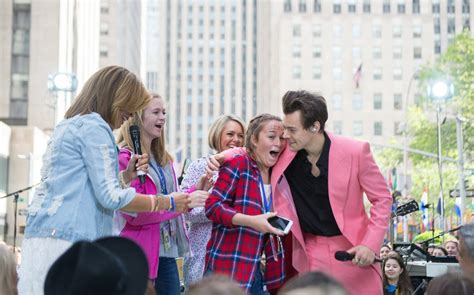 harry styles with fans harry styles sends fans pizza after they ced all