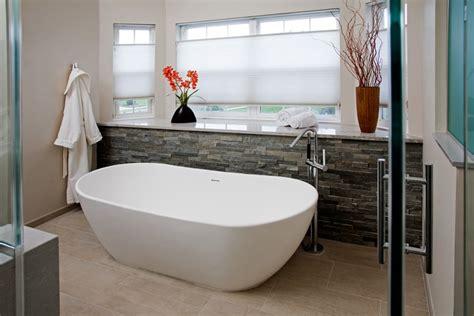 vasca da bagno ceramica idee bagno moderno con inserti in legno e pietra archzine it