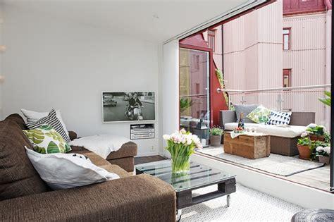 Living Room Ideas Terrace コンパクトなリビングに隣接するスキップフロアのテラス 住宅デザイン