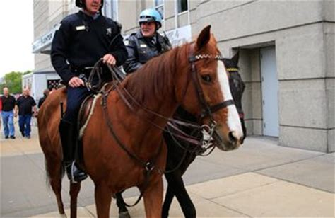 How Much Money Do Officers Make A Year by How Much Money Does A Mounted Officer Earn A Year