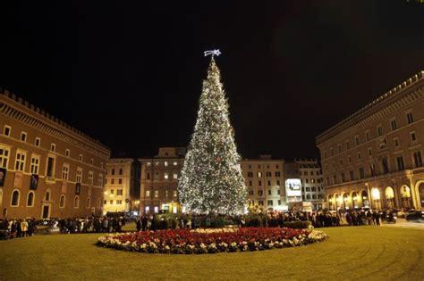 albero di natale illuminato foto piazza venezia illuminato l albero di natale roma