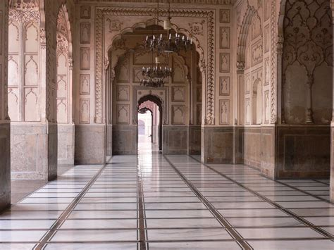 badshahi mosque historical facts  pictures