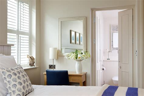 25 ways to make a small bedroom look bigger shutterfly 8 easy ways to make a small room look larger