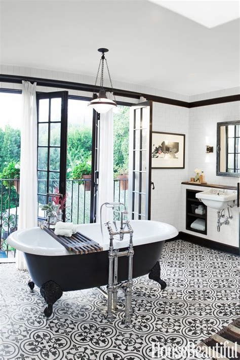 10 Chic Black and White Bathroom Ideas