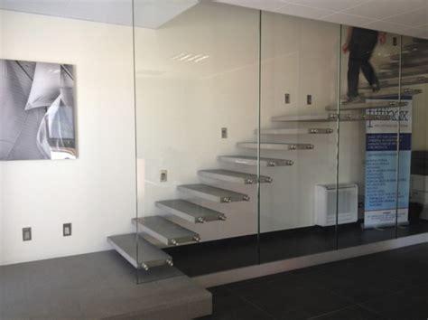 scale a mensola foto scala a sbalzo con parete in vetro strutturale di