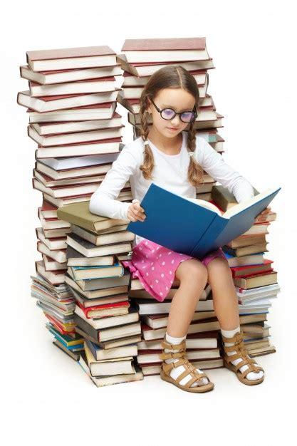 imagenes de inteligente animado ni 241 a inteligente sentada en muchos libros descargar