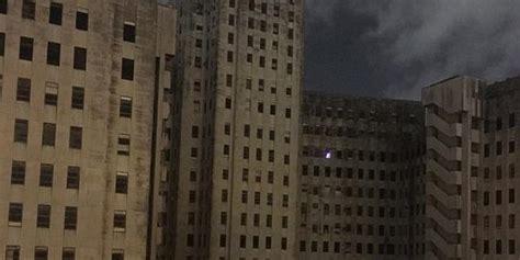 film hantu natal pohon natal hantu menyala di sebuah gedung rumah sakit