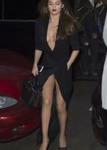 fakes miley cyrus selena gomez lindsay lohan etc poringa selena gomez in black dress leaving hotel in paris
