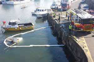 boat sinking wollongong harbour wolllongong harbour oil spill abc news australian