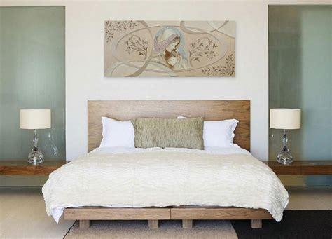 ordinario Lampadario Moderno Camera Da Letto #1: quadro-su-tela-un-camera-da-letto-bella-elegante-design-c%C3%A8-un-letto-di-colore-bianco-ci-sono-Lampadario-moderno-c%C3%A8-una-parete-di-colore-verde.jpg