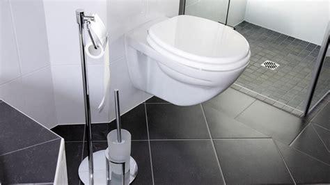 kleines waschbecken neben klo verschiedene formen und stoffe badematten passend f 252 r