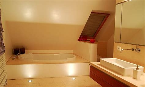 der badewanne badewanne wc unter der schr 228 ge bathroom