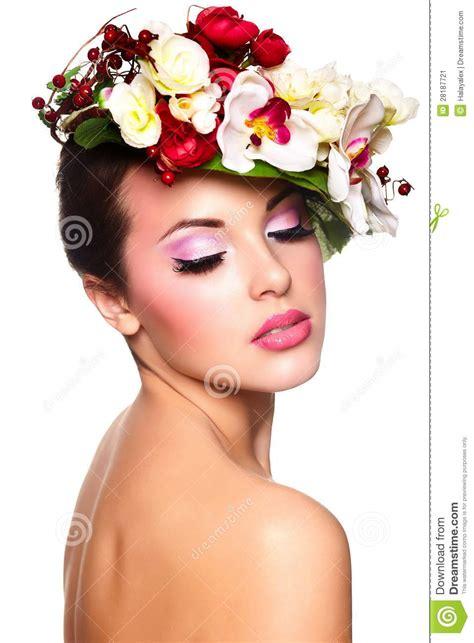 fiori donna donna con i fiori variopinti sulla testa immagine