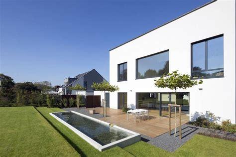 gartenanlage modern minimalistischer garten bilder terrasse mit wasserbecken