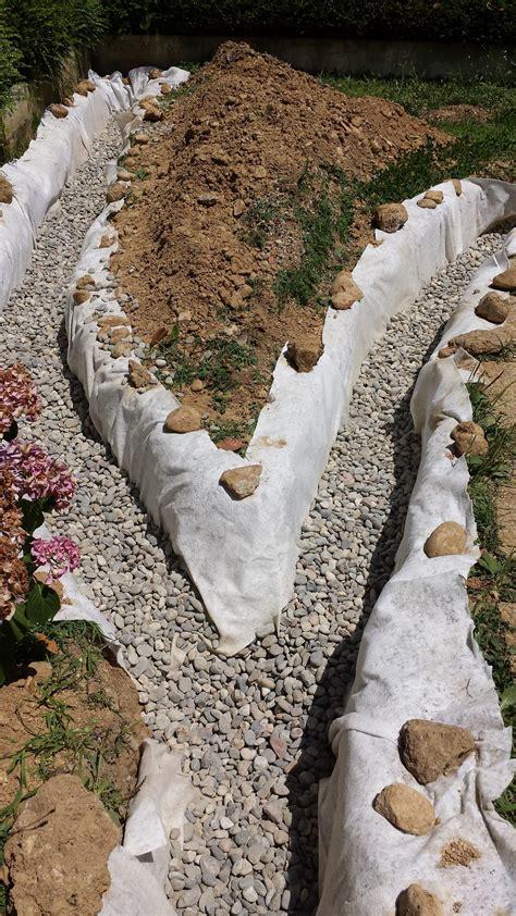 ghiaia drenante in giardino con un tubo drenante