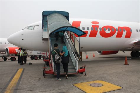 cara naik pesawat soekarno hatta pengalaman naik pesawat lion air anita handayani