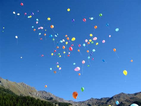 palloncini volanti il palloncino nero