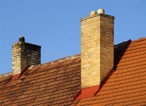 camini tetto tetto con il camino fotografia stock immagine di cielo