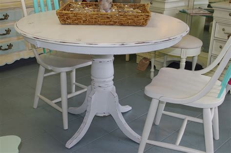 Coastal Chic Boutique Distressed White Round Dining Table Diy Shabby Chic Dining Table And Chairs