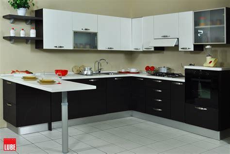 cucine moderne con piano cottura ad angolo cucina lube noemi ad angolo con penisola prezzo occasione