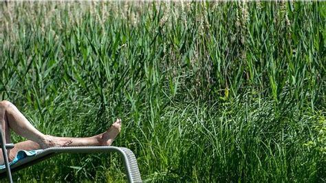 garten nackt nackt im garten mann verliert sauna prozess und muss