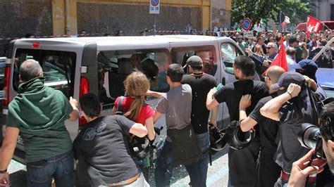 casa pound roma a roma il corteo di casapound gli antifascisti assaltano