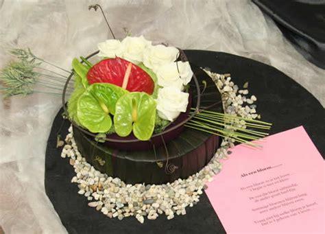 bloemstuk pasen met gekleurd steekschuim en eierschalen rouwwerk met gekleurd steekschuim adventstukje maken