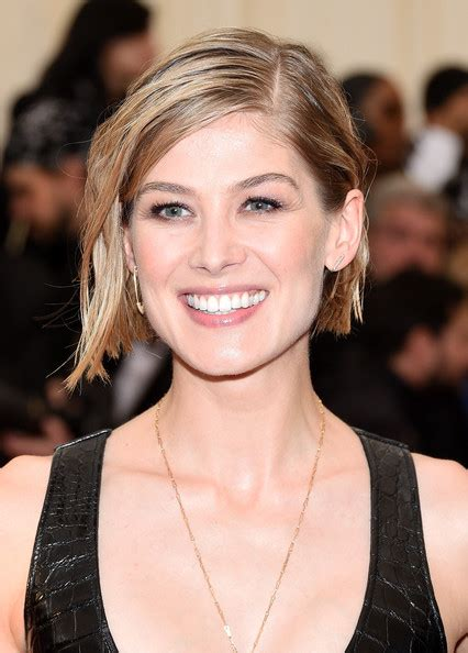 bob haircuts rosamund pike rosamund pike best beauty looks from 2014 met gala