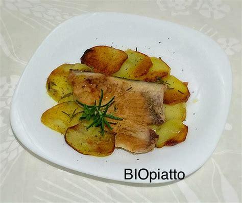 cucinare tranci di pesce spada trancio di pesce spada su letto di patate in crosta