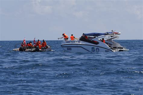 salvage boat work thais work to salvage sunken boat search on for 14 missing