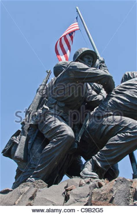 photograph of the 6 marines in the iwo jima memorial near