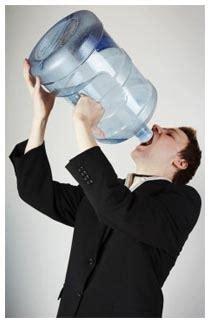 2 litri d acqua quanti bicchieri sono quanta acqua bere al giorno
