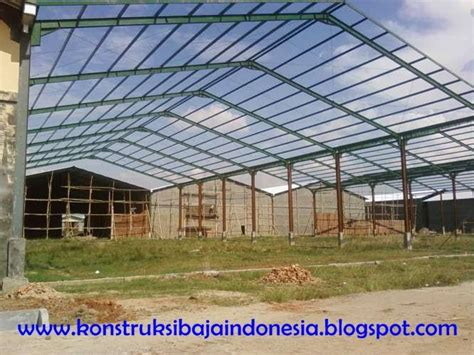 Foto Dan Ranjang Besi konstruksi baja membangun gudang