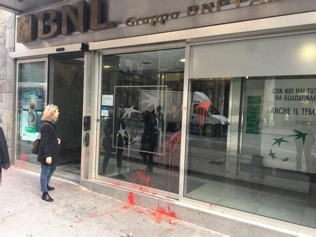 banche bologna sciopero a bologna uova contro banche economia ansa it
