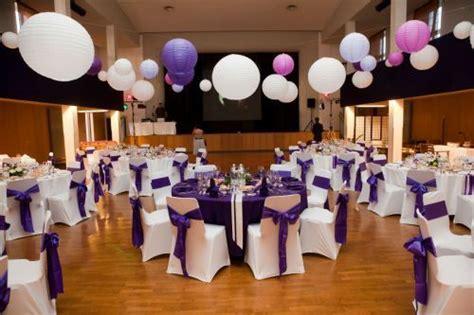chaises suspendues lieu de r 233 ception violet parme mauve lilas housses de chaises avec ruban en satin dans une salle