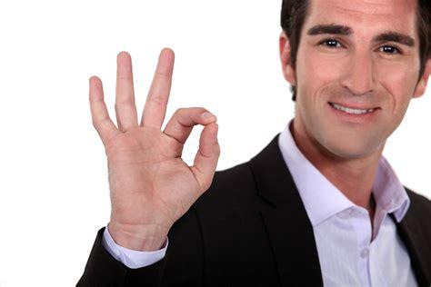 imagenes de manos haciendo ok komunikacja niewerbalna w biznesie